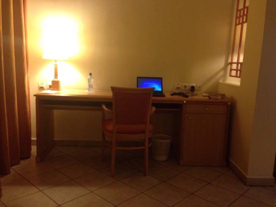 Azalai Grand Hotel: Une vue des plat et de la chambre que j'ai occupée pendant deux semaines.