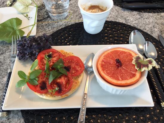 MGM Seashore Bed & Breakfast: breakfast at MGM B&B
