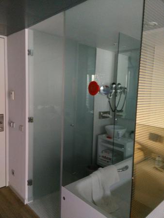 zicht op de (smalle) badkamer - Picture of nhow Rotterdam, Rotterdam ...