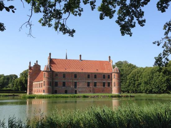Rosenholm Slot med voldgrav omkring