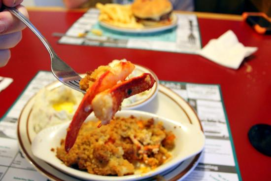 Ayer, Μασαχουσέτη: A couple of claws pulled out of the mix and the Tiny's Burger in the background.