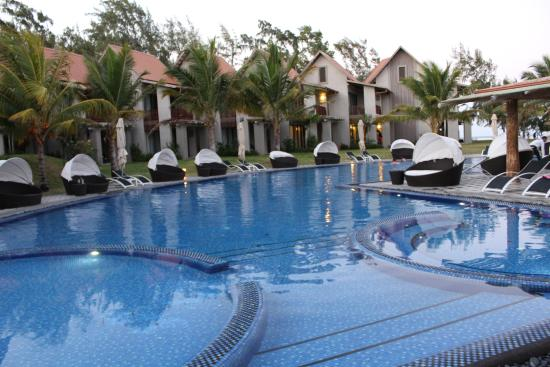 Swimming pool picture of maritim crystals beach hotel for Swimming pool mauritius