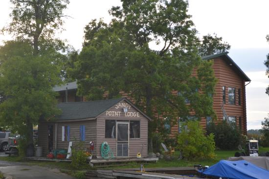 Sandy Point Lodge: Bait house and restaurant