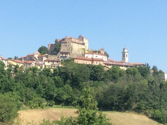 Cremolino, Италия: Veduta del castello e del centro storico