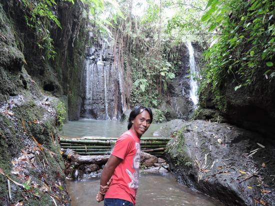 Kotaraja, Indonesia: Our guide Ipon in front of the waterfall