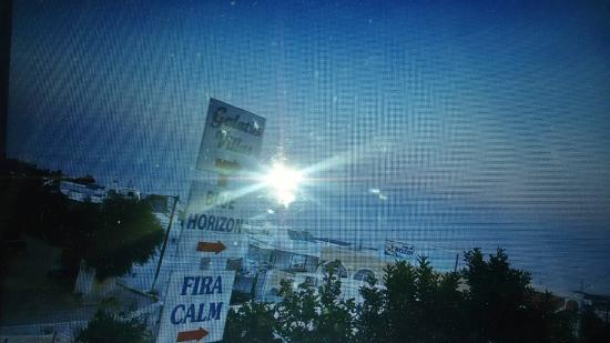 Sea of Aegeon: cartello all'inizio della strada in discesa da imboccare per arrivare all'hotel