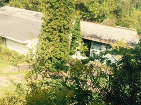 Econo Lodge Hermitage: Abandoned Hotel behind Econolodge