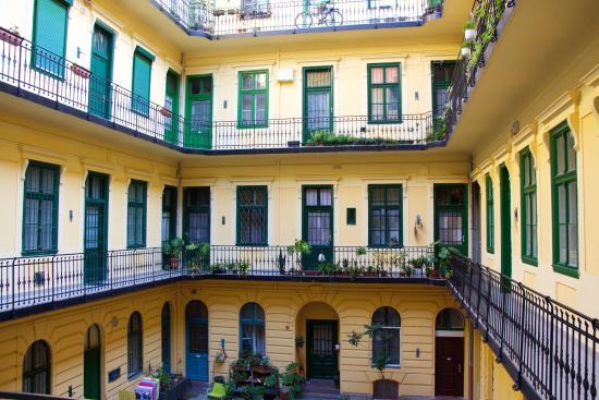 Kadar Apartments: cortile interno