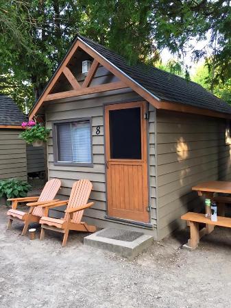 Peacock Villa Motel : Outside cabin 8