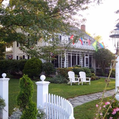 Captain David Kelley House: front of the inn beautiful grounds