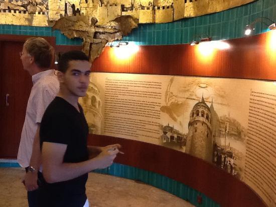 Galata Tower: L'histoire de la Tour Galata bien affichée comme une fresque sur un mur.