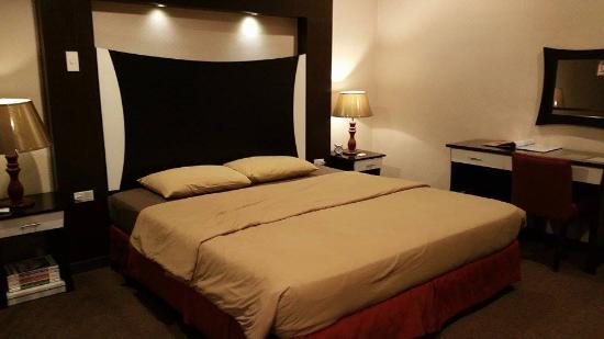 Comfy king size bed with contemporary head board design for Comfy hotels resorts