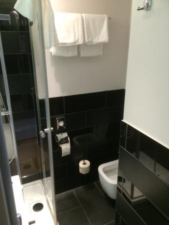 City Hotel Hamburg Mitte : Badeværelset mindre bliver det ikke