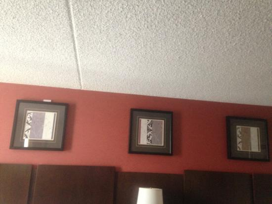 La Quinta Inn & Suites Salisbury: You can faintly see that white note above the left photo on the wall.