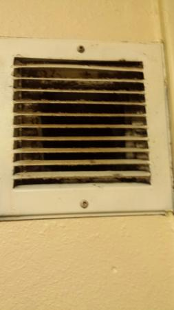 Rodeway Inn: Dirty vent in bathroom