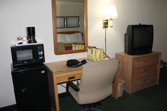 Econo Lodge: desk - refrig - microwave