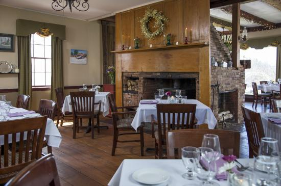 The Wakefield Inn & Restaurant: 3 sided Fireplace in the Dining Room