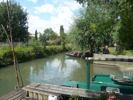 Magné, France : Lovely Lake by the Restaurant in Repentie