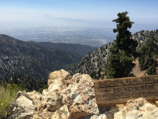 Mount Baldy, Калифорния: trail intersection for Ontario and Big Horn Peak