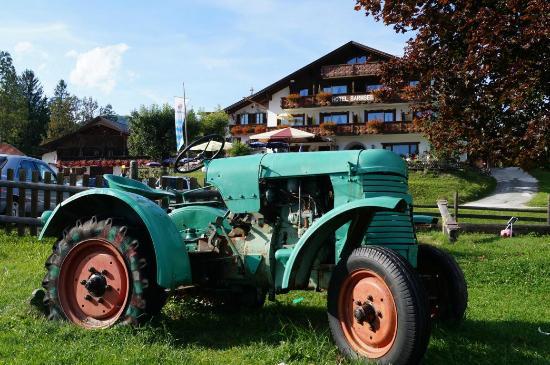 Ferienhotel Barmsee: Ein alter Traktor auf dem Spielplatz direkt vorm Hotel