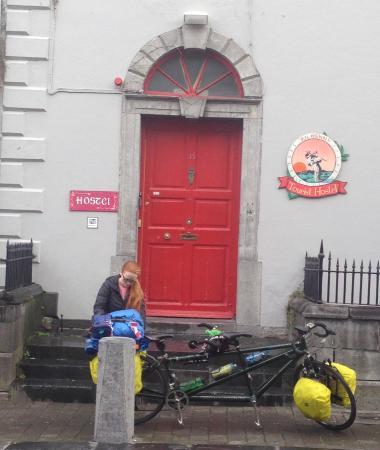 Kilkenny Tourist Hostel: Façade avant, sur Parliament St., une des rues principales à Kilkenny