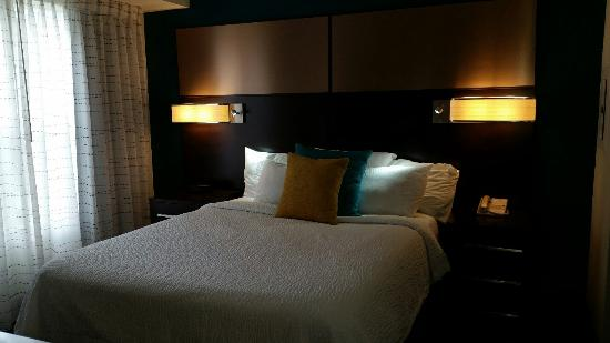 Residence Inn Detroit Livonia : Comfortable Bed with Directional Reading Lights