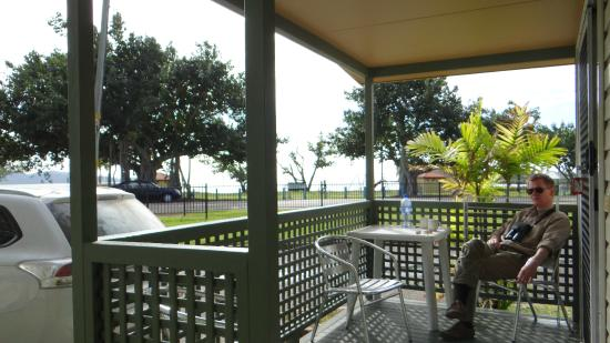 Rowes Bay Beachfront Holiday Park: Rowes Bay cabin with sea-view