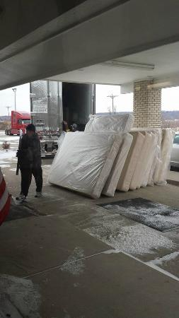 ‪‪Pacific Junction‬, ‪Iowa‬: Who wants to help unload this truckload of new mattresses?‬