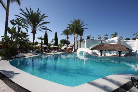 Hotel Suite Albayzin del Mar: Poolside view at Hotel Suites Albayzin (Aug 2015).