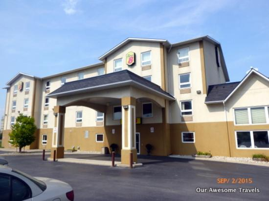 Super 8 Grimsby Ontario : Nice and clean close to the QEW and Lake Ontario