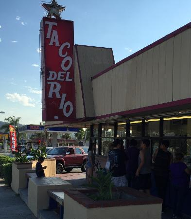 La Puente, Californië: The hungry crowd lines up, mouths watering, for a meal to remember!
