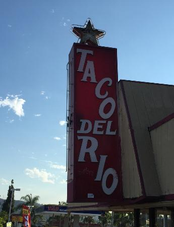 La Puente, แคลิฟอร์เนีย: Look for this landmark sign for a taco adventure...