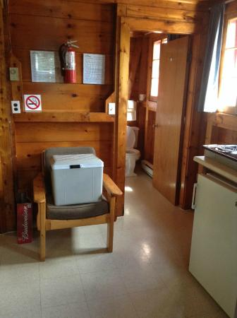 Fundy Highlands Motel & Chalets: Kitchenette outlooking to bathroom