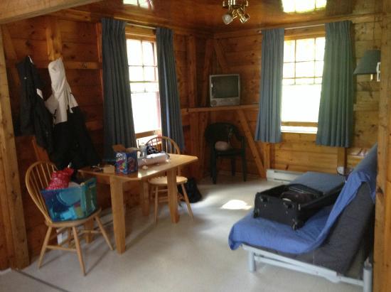 Fundy Highlands Motel & Chalets: Living room/dining room