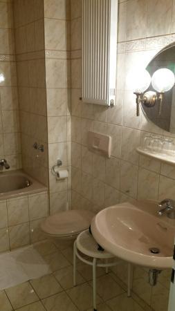 Hotel St. Paul: La camera ed il bagno