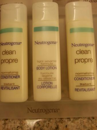 Hilton Garden Inn Toronto / Burlington: No shampoo...just conditioner