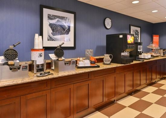 Hampton Inn Fishkill: Breakfast serving area