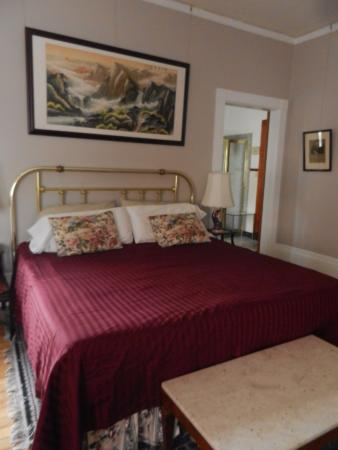 Lehmann House Bed & Breakfast: Comfortable Beds in Spacious Rooms
