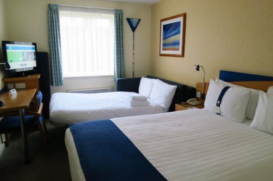 Holiday Inn Express Aberdeen City Centre: Habitación triple muy pequeña