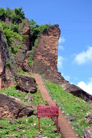 Mingun, Myanmar: letrero de peligro subir