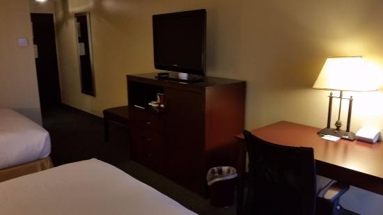 Holiday Inn Dubuque: Hotel Room With Desk, Tv, Double Queen Size Bed.