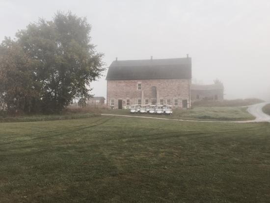Lindsay, Kanada: The clubhouse stone barn in the mist!