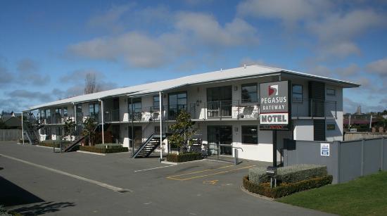 Pegasus Gateway Motel: Road frontage
