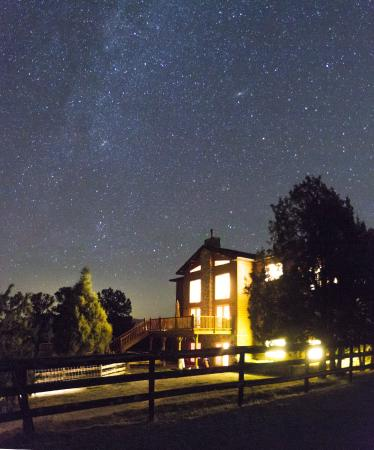 Mountain Goat Lodge: Stars over the lodge at night