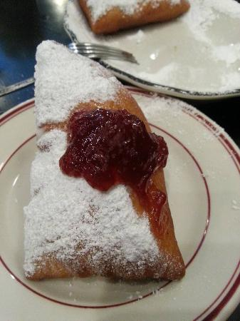 Santa Paula, Kaliforniya: Rabalais Bistro Beignets with strawberry jam