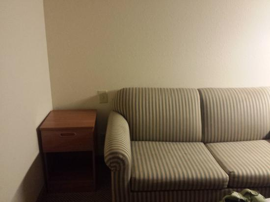 Quality Inn and Suites Bristol: sofa area no lamps