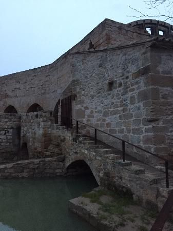 Sástago, España: Rueda de Molino de Agua (Exterior al Hotel)
