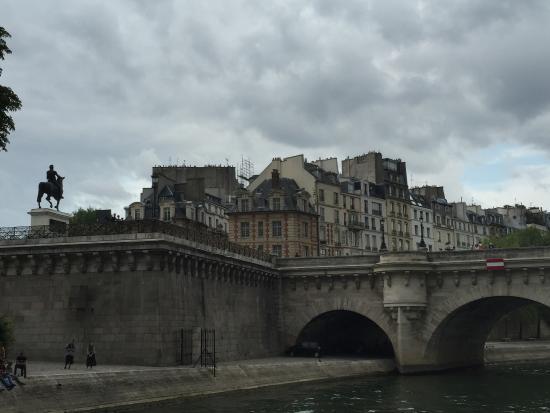 París, Francia: Ile de la Cite desde el Sena
