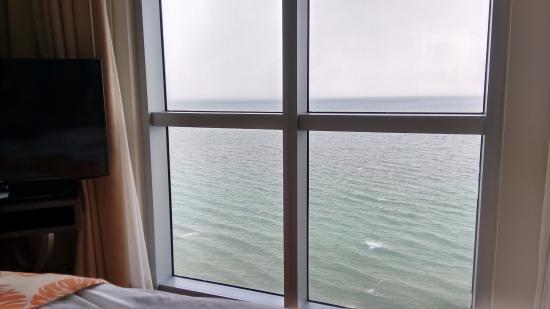 Vista desde la cama del dormitorio hacia el oceaño