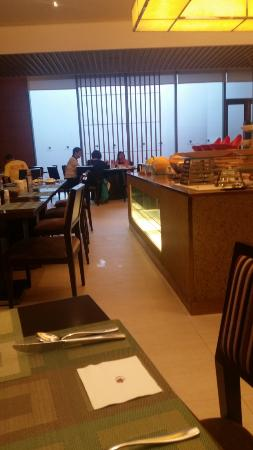 Grand Metropark Hotel Kunshan: cafe food counter too close to sitting areas